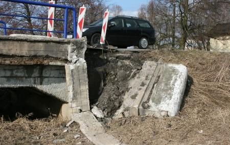 """Co dokáže voda vrůzném skupenství udělat, se mohou řidiči, cyklisté i chodci přesvědčit hned za mostem přes řeku Orlici na kraji Týniště cestou """"přes mosty"""" kAlbrechticím. Nejen mráz, ale i<a class=""""moretag"""" href=""""http://www.orlickytydenik.cz/horsi-uz-to-byt-nemuze/"""">...celý článek</a>"""
