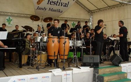 """Osmnáctý Mezinárodní swingový festival Jardy Marčíka a čtvrté Týnišťské věžení promění atmosféru ve městě v noblesu první republiky TÝNIŠTĚ N. O. – Dva dny fantastické hudby, zábavy, ale třeba i<a class=""""moretag"""" href=""""http://www.orlickytydenik.cz/swing-a-lazenska-kolonada-v-tynisti-maraton-zabavy-startuje/"""">...celý článek</a>"""