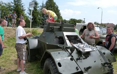HOUDKOVICE – Vojenská auta, tanky, střelba ze zbraní. Houdkovice se o víkendu vrátily o více než sedmdesát let zpět.  Po minulých prezentacích zemědělské techniky, automobilových veteránů a velorexů či automobilových speciálů se letos houdkovičtí dobrovolní hasiči rozhodli představit veřejnosti historickou vojenskou techniku, a to u příležitosti pětasedmdesátého výročí mobilizace a podpisu Mnichovské dohody. Proto v programu nechyběly ani bojové ukázky.
