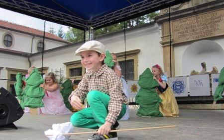 """Bohatou nabídku zájmových kroužků pro děti připravilo inaletošní školní rok rychnovské Déčko. Povídali jsme si onich sjeho ředitelem Josefem Solárem. RYCHNOVSKO – Dosvěta modelářství, tance, středověku, techniky amnoha dalších se<a class=""""moretag"""" href=""""http://www.orlickytydenik.cz/v-decku-se-z-deti-stavaji-rytiri-badatele-i-mladi-reporteri/"""">...celý článek</a>"""