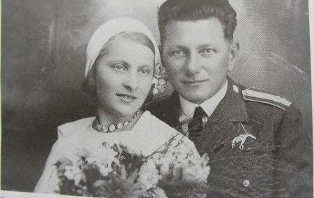 """Pozdě odpoledne 22. února 1943 zastavilo před domem vMlýnské ulici vDobrušce, kde tehdy žila rodina Kašparova, černé auto. Vystoupilo zněj několik mužů včerných kabátech. Nasadili si klobouky avešli dodomu. Přišli<a class=""""moretag"""" href=""""http://www.orlickytydenik.cz/chtel-vzdat-hold-svym-rodicum-i-vsem-statecnym-z-odboje/"""">...celý článek</a>"""
