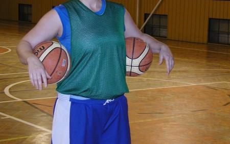 """Týnišťské basketbalistky si minulou sezonu vyzkoušely druhou ligu, vkteré však vydržely jen rok. Přesto ostudu sobě, klubu, ani městu neudělaly. Sehrály mnoho vyrovnaných zápasů, vnich je však srážel úzký kádr.<a class=""""moretag"""" href=""""http://www.orlickytydenik.cz/ondrejka-vejrazkova-potykame-se-s-uzkym-kadrem/"""">...celý článek</a>"""