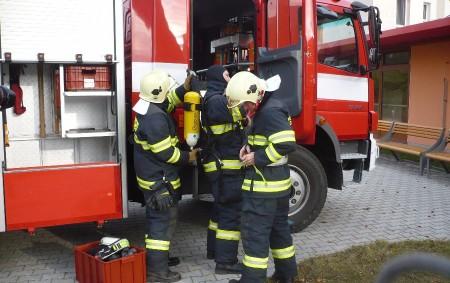 """DOBRUŠKA – V Mírové ulici v Dobrušce se ve čtvrtek při nehodě osobního auta a motocyklu zranil motorkář. Na místě zasahovali profesionální hasiči z Dobrušky. Ti pomohli záchranářům se zajištěním<a class=""""moretag"""" href=""""http://www.orlickytydenik.cz/v-dobrusce-se-pri-nehode-zranil-motorkar/"""">...celý článek</a>"""