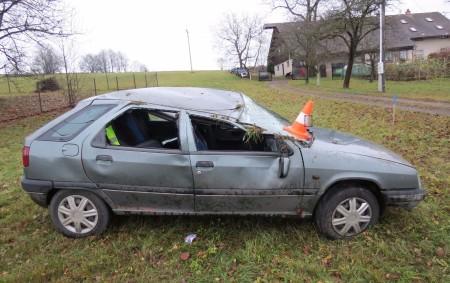 """RYCHNOVSKO – Policisté rychnovského dopravního inspektorátu vyjížděli ve sváteční středu vsedm hodin ráno k havárii do Pěčína. Auto skončilo tam na střeše. """"Řidič vozu Citroën ZX jedoucí obcí směrem na<a class=""""moretag"""" href=""""http://www.orlickytydenik.cz/nejenom-dest-zpusobil-komplikace-ridicum/"""">...celý článek</a>"""