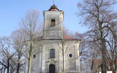 KAČEROV – Kačerovská vánoční mše se koná v tamním kostele 24. prosince ve 20 hodin při svitu asi stovky svíček a za zpěvu tradičních vánočních písní.