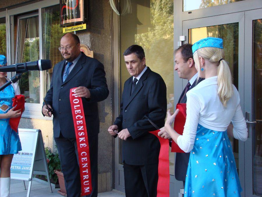 oba starostové při otevírání zrekonstruovaného kina