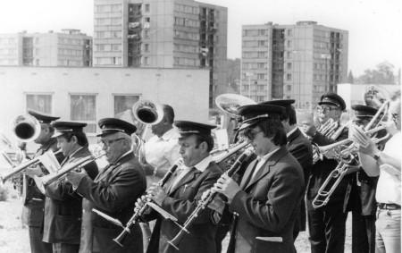 """V době mého působení v Jiskře Rychnovska jsem pořizoval docela rád momentky """"pouličních"""" muzikantů. Nemám na mysli tzv. street musicians, jak je známe dnes při jejich produkcích hlavně ve velkých<a class=""""moretag"""" href=""""http://www.orlickytydenik.cz/fotoglosa-street-musicians-za-totality/"""">...celý článek</a>"""