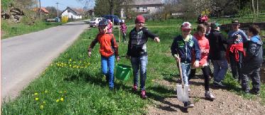 """LUKAVICE – V páteční den 22. dubna dopoledne se sešly děti a paní učitelky z místní školy na veřejném prostranství obce – u rybníka Coufalka a za pomoci pana Stanislava<a class=""""moretag"""" href=""""http://www.orlickytydenik.cz/deti-z-lukavicke-skoly-sazely-lipy/"""">...celý článek</a>"""
