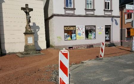"""TÝNIŠTĚ N. O. – Týnišťská radnice zajistila na prázdniny opravy chodníků před týnišťským kostelem sv. Mikuláše. V současné době tam probíhá čilý stavební ruch, který povede ke zlepšení vzhledu města.<a class=""""moretag"""" href=""""http://www.orlickytydenik.cz/prostranstvi-pred-tynistskym-kostelem-prokoukne/"""">...celý článek</a>"""