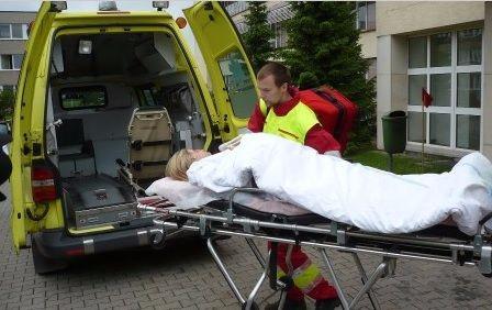 BĚSTVINY – Zraněním dvou osob skončila v pondělí po poledni nehoda osobního auta v Běstvinách. Zraněné převzali do své péče záchranáři, kterým s jejich transportem do sanitky pomohli hasiči.