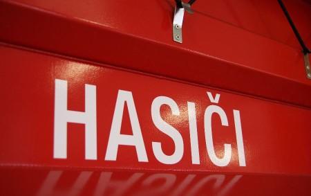 DOLY – Dobrušští profesionální hasiči vyprostili v pátek 13. července z příkopu v místní části Doly osobní vozidlo, které hrozilo pádem na rodinný dům.