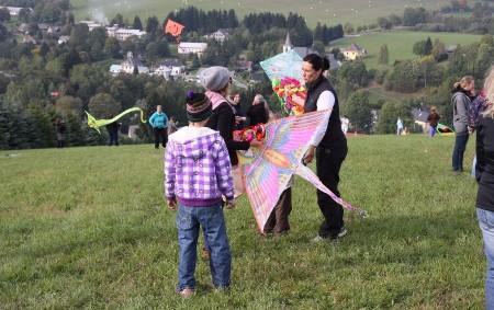"""BARTOŠOVICE V O. H. – V sobotu 15. října od 14 hodin se koná Drakiáda na sjezdovce skiareálu Nella v Bartošovicích v Orlických horách. Její součástí je soutěž o nejmenšího,<a class=""""moretag"""" href=""""http://www.orlickytydenik.cz/drakiada-na-sjezdovce/"""">...celý článek</a>"""