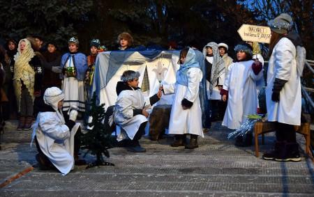 """BOROHRÁDEK – Žáci Církevní základní školy opět vystoupili s betlémským příběhem o narození Ježíška. Tentokrát příběhem provázel archanděl Gabriel a jeho """"paparazzi"""" fotograf, který všude zvědavě pobíhal a fotil. Cesta<a class=""""moretag"""" href=""""http://www.orlickytydenik.cz/zivy-betlem-v-borohradku/"""">...celý článek</a>"""