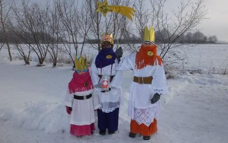 """MOKRÉ – Fotografie Tří králů z Mokrého v 9.30 hodin, kdy bylo ještě – 21°C. V Mokrém chodily dvě skupinky Tří králů, akci zajišťuje již několik let rodina Ivy a<a class=""""moretag"""" href=""""http://www.orlickytydenik.cz/tri-krale-zaskocil-silny-mraz/"""">...celý článek</a>"""