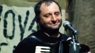 JEŠTĚTICE –Naplněný sál v Ještěticích pobavil svým vystoupením známý písničkář Václav Koubek. Lidé ho znají jako písničkáře s neodmyslitelnou tahací harmonikou v ruce nebo si ho pamatují z populárního pořadu