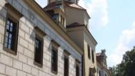 ČASTOLOVICE – Do 1. září bude v zámecké galerii v Častolovicích ke zhlédnutí prodejní výstava obrazů a závěsných keramických talířů akademického sochaře Pavla Charouska, který působí i v Kanadě, kde