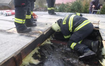"""RYCHNOVSKO – Čtyři jednotky hasičů zasahovaly vneděli před polednem u požáru střechy unimobuňky vMalé Čermné. Událost byla na operační středisko HZS Královéhradeckého kraje ohlášena v11.31 hodin. Na místo vyjeli profesionální<a class=""""moretag"""" href=""""http://www.orlickytydenik.cz/hasici-likvidovali-pozar-unimobunky/"""">...celý článek</a>"""