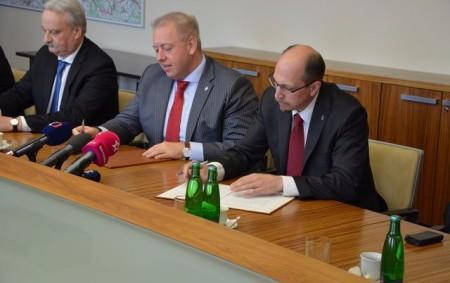 """REGION –Ministr vnitra Milan Chovanec a hejtman Jiří Štěpán podepsali Memorandum o spolupráci při řešení problémů spojených se zaměstnáváním cizinců v průmyslových zónách. Ministerstvo vnitra a Královéhradecký kraj se ve<a class=""""moretag"""" href=""""http://www.orlickytydenik.cz/o-zamestnavani-cizincu/"""">...celý článek</a>"""
