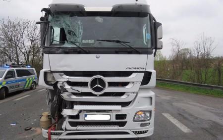 """HRADECKO - Na silnici 1/33 u Trotiny na Hradecku se ve čtvrtek o půl desáté stala dopravní nehoda dvou vozidel. """"K nehodě došlo pravděpodobně tak, že řidič nákladního vozidla, který<a class=""""moretag"""" href=""""http://www.orlickytydenik.cz/kamion-nedobrzdil-dodavka-byla-odmrstena-do-prikopu/"""">...celý článek</a>"""