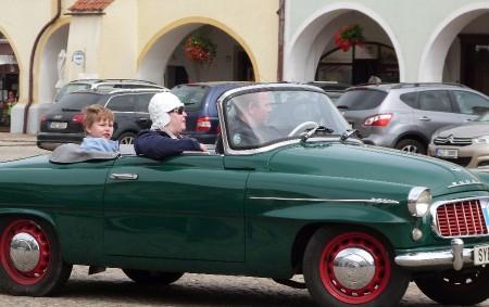 """OPOČNO – V sobotu 21. července budete mít možnost zhlédnout výstavu historických vozidel na Kupkově náměstí vOpočně, a to od 12 do 13 hodin. Výstavu pořádá v rámci oslav 35.<a class=""""moretag"""" href=""""http://www.orlickytydenik.cz/podorlicky-veteran-car-club-slavi/"""">...celý článek</a>"""