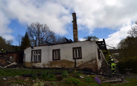 """ORLICKOÚSTECKO – Osm jednotek hasičů zasahovalo 8. května v21.07 hodin u požáru dřevěného, částečně podezděného víkendového domu ve Výprachticích-Valteřicích. """"Objekt byl přibližně 150 let starý a majitel ho rekonstruoval. Požár<a class=""""moretag"""" href=""""http://www.orlickytydenik.cz/skoda-po-pozaru-je-bezmala-trimilionova/"""">...celý článek</a>"""