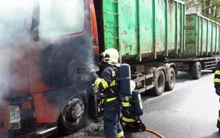 """ORLICKOÚSTECKO – K požáru kabiny nákladního automobilu do Lanškrouna vyjížděli profesionální a dobrovolní hasiči z Lanškrouna ve středu 10. května v 13.55 hodin. Nákladní automobil byl v době požáru bez<a class=""""moretag"""" href=""""http://www.orlickytydenik.cz/pricinou-vzniku-pozaru-byla-technicka-zavada/"""">...celý článek</a>"""