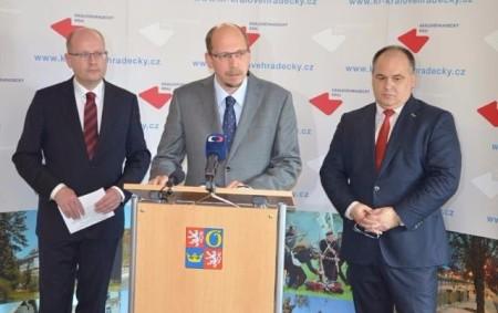"""PRAHA/RYCHNOVSKO – Vláda Bohuslava Sobotky dala dnes zelenou aktualizaci usnesení vlády č. 97 ze dne9. února 2015 k návrhu zabezpečení investiční přípravy akce Rozšíření strategické průmyslové zóny Solnice-Kvasiny a zlepšení<a class=""""moretag"""" href=""""http://www.orlickytydenik.cz/hejtman-stepan-do-kvasinske-zony-se-bude-investovat-sest-miliard-korun-dvakrat-vice-oproti-puvodnimu-zameru/"""">...celý článek</a>"""