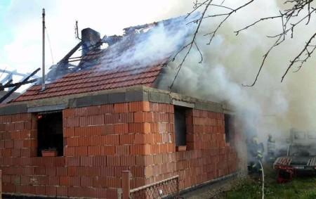 """ORLICKOÚSTECKO - Vúterý 6. června v22.45 hodin vyjížděly čtyři hasičské jednotky kpožáru chaty do Lanškrouna. Jednalo se o požár verandy u chaty. """"Ihned po příjezdu hasičů na místo bylo nutné<a class=""""moretag"""" href=""""http://www.orlickytydenik.cz/hasice-ohrozovaly-u-dvou-pozaru-nebezpecne-tlakove-lahve/"""">...celý článek</a>"""