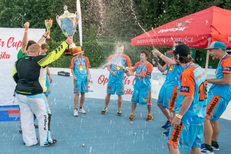 Radost hráčů vítězného týmu Špindl Ubals