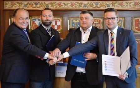 """NÁCHOD –Partnery na obou stranách česko-polské hranice spojují společné projekty a dlouholetá spolupráce – Náchod tak může díky dalšímu projektu oživit lázně. V úterý 4. července se všichni partneři projektu<a class=""""moretag"""" href=""""http://www.orlickytydenik.cz/nachod-muze-ozivit-lazne/"""">...celý článek</a>"""