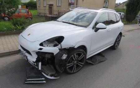 """ORLICKOÚSTECKO – Pravděpodobně nerespektování dopravní značky """"Dej přednost vjízdě!"""" stojí za střetem osobních aut značky Škoda Fabia a Porsche Cayenne vLanškrouně. Devětadvacetiletý řidič škodovky přijíždějící do křižovatkypo vedlejší silnici ulice<a class=""""moretag"""" href=""""http://www.orlickytydenik.cz/skoda-na-automobilech-je-temer-%c2%be-milionu-korun/"""">...celý článek</a>"""