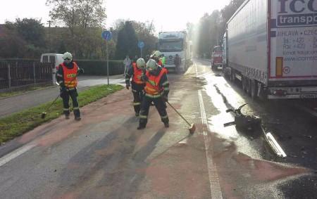 """PARDUBICKO – Na silnici I/35 do Ostřetína vyjížděli ve středu 18. října v8.47 hodin profesionální hasiči zHolic a Pardubic a dále byli povoláni dobrovolní hasiči zOstřetína. Došlo zde ke střetu<a class=""""moretag"""" href=""""http://www.orlickytydenik.cz/stret-auta-s-kamionem/"""">...celý článek</a>"""