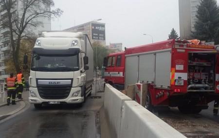 """NÁCHODSKO -Ve čtvrtek ve 13.45hodindošlo v Náchodě na Pražské ulici k tragické dopravní nehodě, při níž zahynula jednaosmdesátiletá chodkyně. """"Ženapřecházela opravovaný úsek silnice I/33 na Pražské ulici – poblíž křižovatky<a class=""""moretag"""" href=""""http://www.orlickytydenik.cz/chodkyne-srazena-kamionem-zemrela/"""">...celý článek</a>"""
