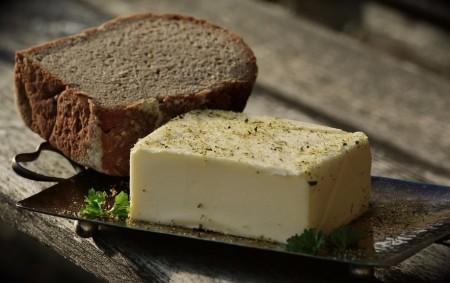 """ORLICKOÚSTECKO – Pravděpodobně stále se zvyšující cena másla vedla ženu ktouze po předzásobení se. Nakonec nemá máslo ani peníze. """"Koncem měsíce srpna si třiatřicetiletá podnikatelka voboru mlékárenství zÚstí nad Orlicí<a class=""""moretag"""" href=""""http://www.orlickytydenik.cz/podvod-pres-internetovy-obchod-maslo-stalo-50-tisic-korun/"""">...celý článek</a>"""