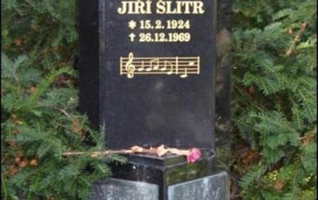 """RYCHNOV N. K./PRAHA – Absolvoval jsem tiché zastavení u hrobu na vinohradském hřbitově v Praze před blížícím se výročím Jiřího Šlitra (zemřel 26. prosince 1969). Deska s podobiznou byla rozbita<a class=""""moretag"""" href=""""http://www.orlickytydenik.cz/vzpominka-vyroci-slavneho-rychnovskeho-rodaka/"""">...celý článek</a>"""