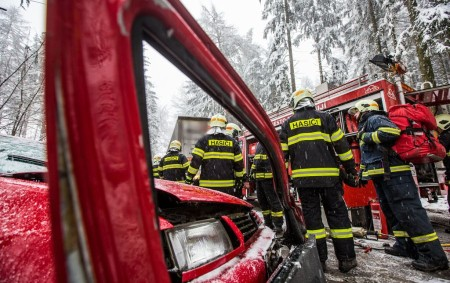 """DOBRUŠKA – Profesionální hasiči z Dobrušky zasahovali první červnový pátek odpoledne u dopravní nehody tří osobních vozidel v části V Loučkách. Dvě osoby převezli do zdravotnického zařízení záchranáři. Hasiči zajistili<a class=""""moretag"""" href=""""http://www.orlickytydenik.cz/hasici-z-dobrusky-zasahovali-v-louckach/"""">...celý článek</a>"""