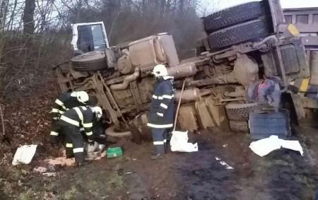 """ORLICKOÚSTECKO – Knehodě osobního vozidla skamionem do Týnišťka vyjížděli vneděli 7. ledna v6.56 hodin profesionální i dobrovolní hasiči zVysokého Mýta. """"Nákladní automobil převážel řepu a skončil vpříkopu a na boku.<a class=""""moretag"""" href=""""http://www.orlickytydenik.cz/repa-z-prevrzeneho-nakladaku-skoncila-na-vozovce/"""">...celý článek</a>"""