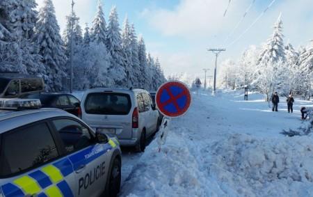 """RYCHNOVSKO – I letos pokračujíkomplikace spojené s parkováním na Šerlichu.Už druhým rokem pořádkoví i dopravní policisté v zimní sezóně zajišťují kvůli neukázněnosti motorizovaných návštěvníků Šerlichu a okolí průjezdnost silnice mezi<a class=""""moretag"""" href=""""http://www.orlickytydenik.cz/serlich-v-oblezeni-aut-nerespektovani-znacek-se-netoleruje/"""">...celý článek</a>"""