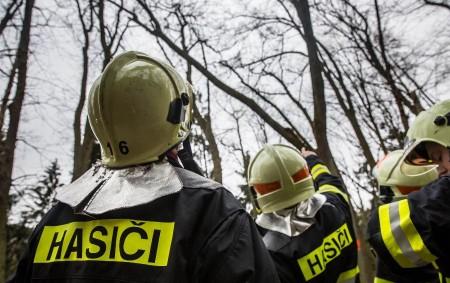 """LIBERK – V části Uhřínov odstraňovali v pondělí profesionální rychnovští hasiči následky víkendové vichřice. Zajišťovali zde poškozenou střechu na dvou zemědělských budovách. Střecha byla většího rozsahu. Jednotky zajistily asi dvacet<a class=""""moretag"""" href=""""http://www.orlickytydenik.cz/strecha-hrozila-padem/"""">...celý článek</a>"""