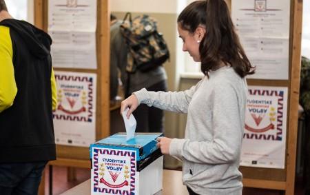 """KRAJ – Stejně jako před prvním kolem prezidentské volby, také před tím druhý se konaly studentské volby. A opět by u českých středoškoláků zvítězil Jiří Drahoš, který získal 76 %<a class=""""moretag"""" href=""""http://www.orlickytydenik.cz/i-ve-druhem-kole-by-studenti-volili-jiriho-drahose/"""">...celý článek</a>"""