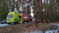 BOROHRÁDEK – Profesionální hasiči zHolic a dobrovolní hasiči zBorohrádku byli vneděli odpoledne přivoláni kosobnímu vozidlu, které narazilo do stromu. Nehoda se stala mezi Borohrádkem a Velinami. Jedna zraněná osoba byla
