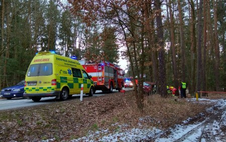 """BOROHRÁDEK – Profesionální hasiči zHolic a dobrovolní hasiči zBorohrádku byli vneděli odpoledne přivoláni kosobnímu vozidlu, které narazilo do stromu. Nehoda se stala mezi Borohrádkem a Velinami. Jedna zraněná osoba byla<a class=""""moretag"""" href=""""http://www.orlickytydenik.cz/dopravni-nehoda-u-borohradku/"""">...celý článek</a>"""