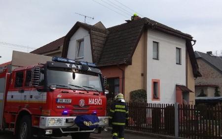 """BOROHRÁDEK – Vulici Boženy Němcové zasahovali vneděli profesionální hasiči zRychnova nad Kněžnou a dobrovolná jednotka zBorohrádku u požáru vkomíně. Došlo kzahoření sazí a mírnému zadýmení. Jednotky objekt odvětraly a topidlo<a class=""""moretag"""" href=""""http://www.orlickytydenik.cz/pozar-v-komine-2/"""">...celý článek</a>"""