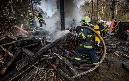 """OLEŠNICE V O. H. – Celkem sedm hasičských jednotek likvidovalo v úterý odpoledne požár přístřešku na dřevo v katastru obceOlešnice v Orlických horách, místní části Lužany. V přístřešku měl majitel<a class=""""moretag"""" href=""""http://www.orlickytydenik.cz/pozar-v-luzanech-zamestnal-sedm-hasicskych-jednotek/"""">...celý článek</a>"""