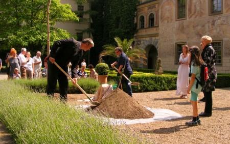 """ČASTOLOVICE – Od čtvrtka 24. května do neděle 27. května se konaly Dny soukromých hradů a zámků, které pořádala Asociace majitelů hradů a zámků s cílem přiblížit návštěvníkům rozmanitost a<a class=""""moretag"""" href=""""http://www.orlickytydenik.cz/na-zameckem-nadvori-brzy-vykvetou-nove-okrasne-stromy/"""">...celý článek</a>"""