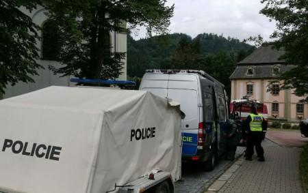 """RYCHNOVSKO – Rušno bylo poslední červnové pondělní dopoledne v centru obce Potštejn. Policisté evakuovali několik osob a na několik okamžiků museli zastavit dopravu. Krátce po půl deváté ráno přijal operační<a class=""""moretag"""" href=""""http://www.orlickytydenik.cz/pyrotechnici-zneskodnili-v-potstejne-nalezenou-trhavinu/"""">...celý článek</a>"""