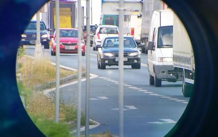 """KRAJ – V průběhu pátečního dopoledne 22. června se policisté v Hradci Králové na celkem třech pevných stanovištích na hlavních tazích zaměřili na řidiče, kteří porušují zákon tím, že drží<a class=""""moretag"""" href=""""http://www.orlickytydenik.cz/moderni-dalekohledy-pomahaji-odhalovat-telefony-i-svaciny-v-rukou-ridicu/"""">...celý článek</a>"""
