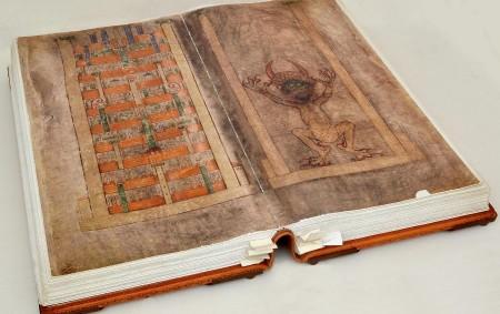 """DOBRUŠKA – Poprvé v dějinách je velmi zdařilá maketa největší známé latinsky psané rukopisné knihy světa Codex gigas dočasnou součástí interiéru dobrušské synagogy. Tato maketa """"Ďáblovy bible"""", jak je též<a class=""""moretag"""" href=""""http://www.orlickytydenik.cz/zambersky-codex-gigas-je-poprve-v-historii-k-videni-v-dobrusce/"""">...celý článek</a>"""