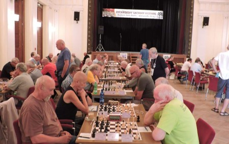 """V roce 2018 došlo k přesunu tradičního termínu Rychnovského šachového festivalu z konce srpna na přelom července a srpna. Hrálo se po devět dní od 28. 7. do 5. 8.<a class=""""moretag"""" href=""""http://www.orlickytydenik.cz/rychnovsky-sachovy-festival-se-poradatelum-i-letos-povedl/"""">...celý článek</a>"""