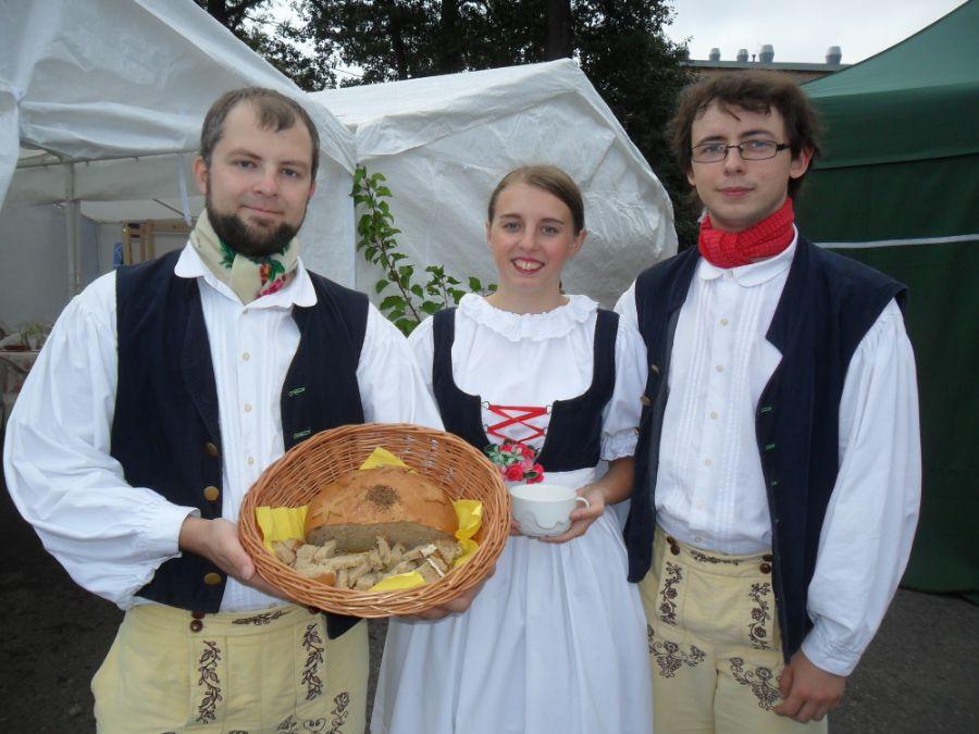 Účastníci letočních královéhradeckých krajských Dožínek byli vítáni tradičně - ličenským chlebem se solí. Ochutnal jej také hejtman Královéhradeckého kraje Jiří Štěpán